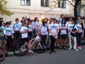 Велосипедисты в белых футболках с девизом «Вместе к победе» проехали по живописному маршруту и привлекли внимание большого числа отдыхающих