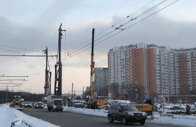 Монтаж пролетов эстакады начали строители на Липецкой улице в ЮАО