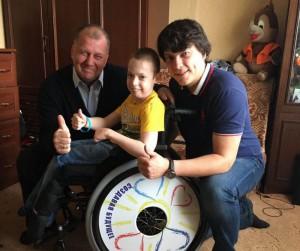 Приобрести новую инвалидную коляску для Ильи Иванникова помогли представители «Единой России»