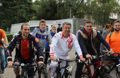 Участники велопробега, в центре –депутат Госдумы Анатолий Выборный