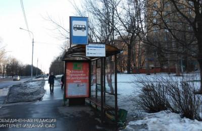 На трамвайных остановках в районе установили новые павильоны и поручни безопасности