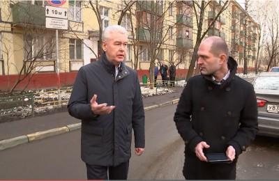 Сергей Собянин во время посещения жителей ветхих пятиэтажек