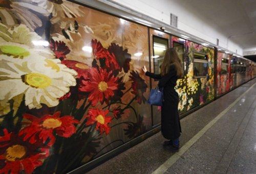 На «синей» ветке метро запустили поезд «Акварель» сновой экспозицией
