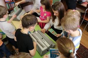 Школьники оформляют книжки
