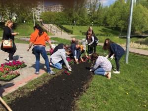 Дети на экологическом флешмобе в Покровском парке