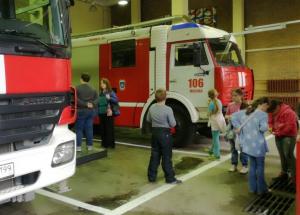 Дети рассматривают машины в пожарной части
