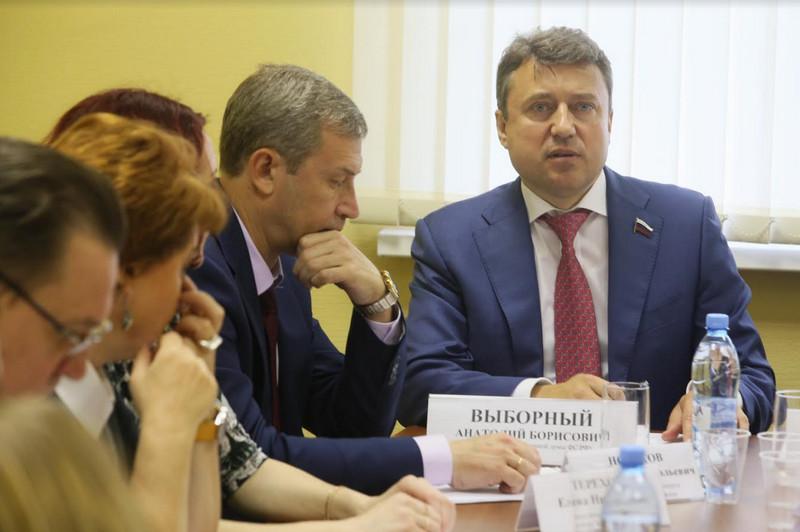 Анатолий Выборный во время круглого стола в Чертанове Южном