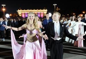 Торжественный бал на выпускном в Парке Горького