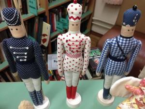Экспонаты на выставке кукол